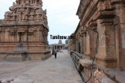 Devotees having a look at the big temple thanjavur 967