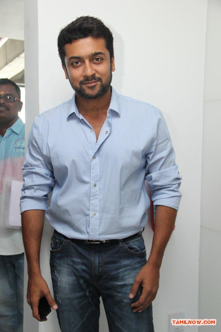 Actor Surya 3374