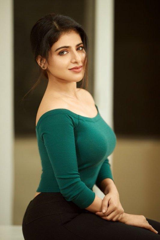 Iswarya Menon Tamil Movie Actress 2020 Wallpaper 8205