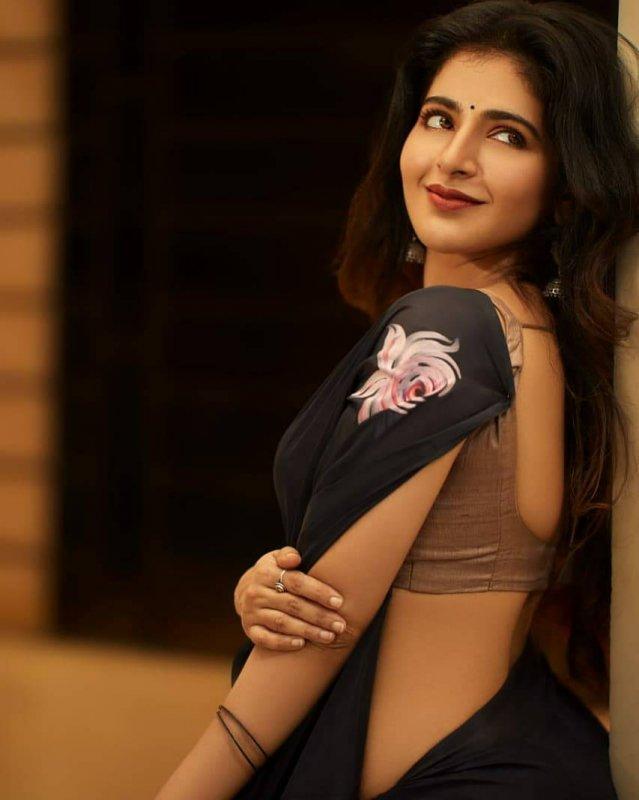 New Still Movie Actress Iswarya Menon 8718