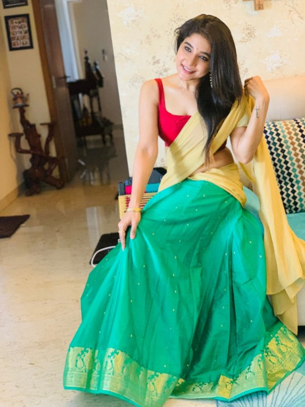 New Stills Movie Actress Sakshi Agarwal 9526