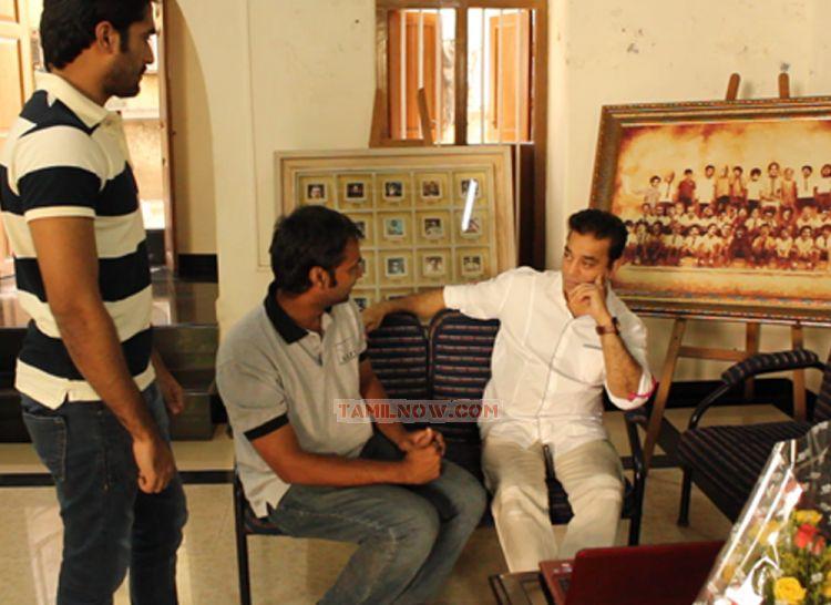 http://www.tamilnow.com/movies/misc/aachariyangal-director-harshavardhan-meets-kamalhaasan/aachariyangal-director-harshavardhan-meets-kamalhaasan-3356.jpg